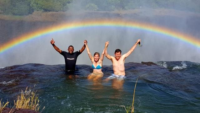 """""""Hồ bơi quỷ dữ"""" nằm cheo leo trên đỉnh thác kỳ vỹ - 4"""
