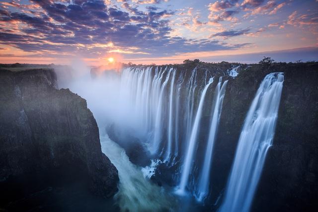 Thác cao đến 108 m và rộng hơn 1700 m, lớn hơn chiều rộng của thác Niagara ở Bắc Mỹ