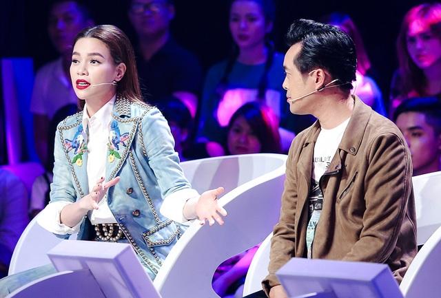 Nữ giám khảo Hồ Ngọc Hà cũng khá thoải mái khi cùng ngồi ghế nóng với 2 gương mặt khá quen thuộc - ca sĩ Hồ Quỳnh Hương và Dương Khắc Linh nên dễ dàng tung hứng với nhau.