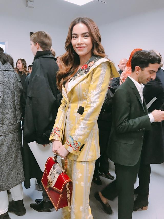 Trong lần xuất hiện này, Hồ Ngọc Hà được đích thân nhà mốt danh tiếng Alessandro Michele chuẩn bị cho set trang phục trị giá vài trăm triệu để tham gia sự kiện.