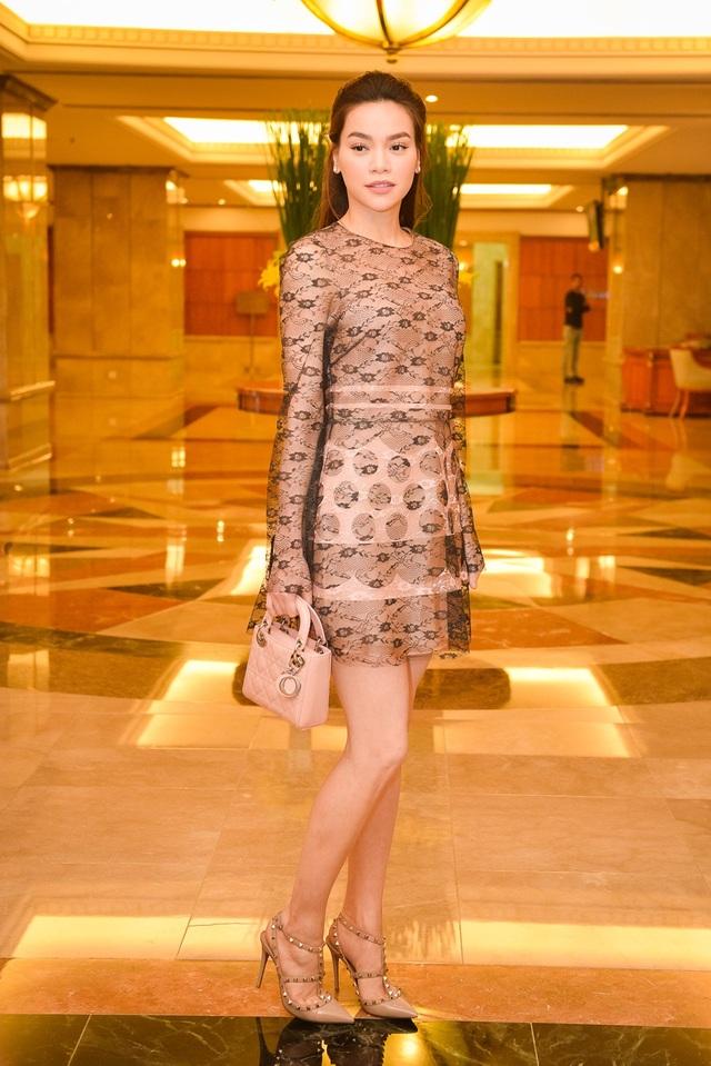 Nhận lời mời từ nhà thiết kế Võ Việt Chung, Hồ Ngọc Hà cũng tham gia buổi gặp gỡ và công bố cuộc thi. Hồ Ngọc Hà thanh lịch trong bộ váy ngắn và xách túi nhỏ cùng tông. Nữ ca sĩ cũng chọn cách trang điểm nhẹ trông rất thanh thoát, tự nhiên.