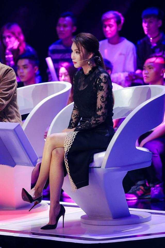 Riêng Hồ Quỳnh Hương nhận xét gắt gao hơn, chị nhìn thấy sự nỗ lực của các thí sinh nhưng cũng không nương tay khi các bạn chưa nỗ lực hết mình trong các phần thi.