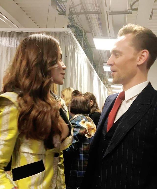 Cả hai vui vẻ trò chuyện phía sau hậu trường show diễn