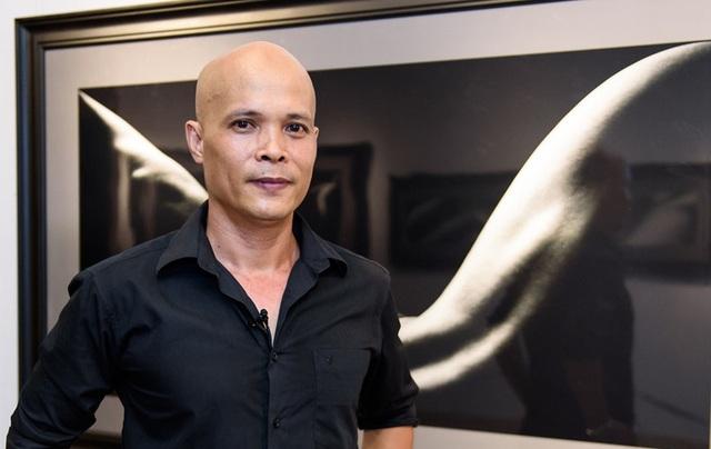 Nhiếp ảnh gia Hạo Nhiên hào hứng trong buổi triển lãm gây chấn động dư luận (Ảnh: Bá Ngọc)