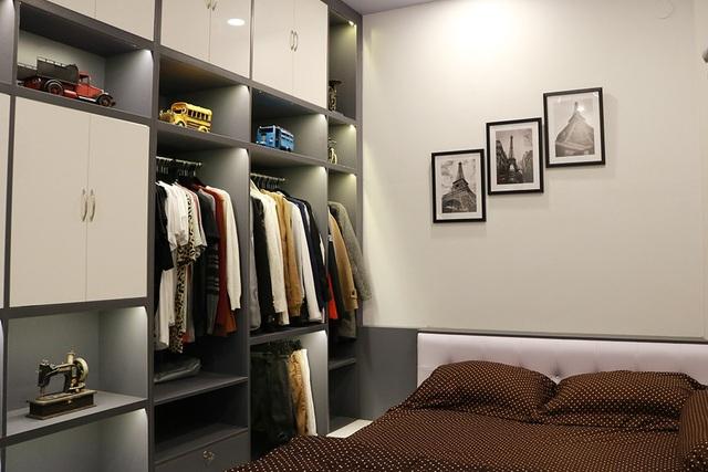 Phòng ngủ của nam ca sĩ được bày trí khá đơn giản với rất ít vật dụng cá nhân.