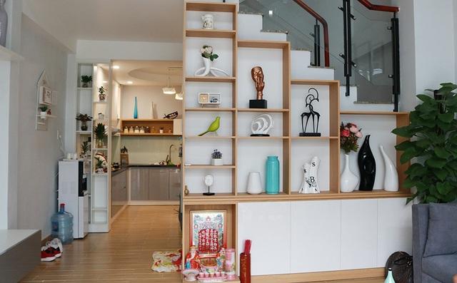 Phòng khách được bày trí đơn giản. Các góc tường được vận dụng để trang trí với nhiều vật dụng trang trí bằng sứ với hình dạng, kiểu dáng phong phú.