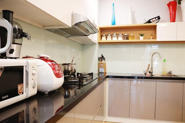 Phòng bếp được bày trí khá đơn giản, không quá rườm rà nhưng sang trọng với đầy đủ các vật dụng làm bếp hiện đại.