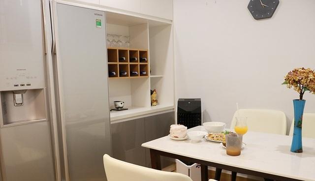 Bàn ăn của gia đình nằm gọn trong không gian bếp ấm cúng
