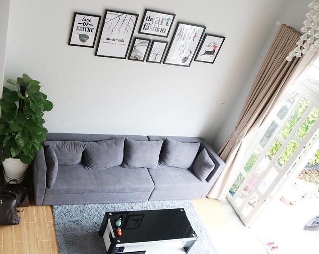 Phòng khách nhìn từ trên cao khá đơn giản nhưng không kém phần sang trọng. Tông màu chính được sử dụng cho cả căn nhà là trắng, đen và xám.