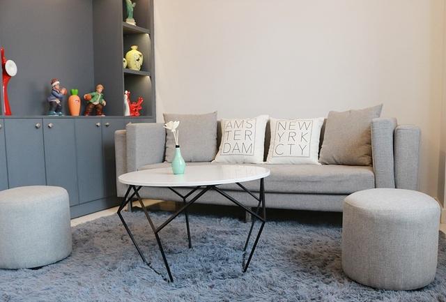 Phòng tiếp khách được bày trí đơn giản, dễ chịu với tông xám nhã nhặn