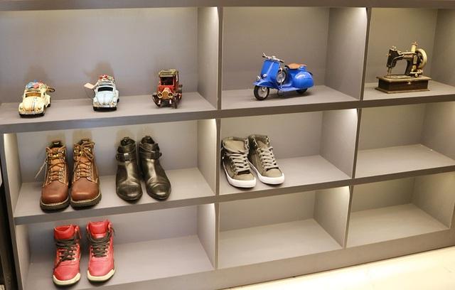 Số lượng giày được trưng bày trên tủ của Hồ Quang Hiếu cũng không quá nhiều.