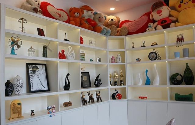 Một không gian khác khá đặc biệt trong nhà chính là phòng chứa cúp, giải thưởng và gấu bông của người hâm mộ dành cho anh.