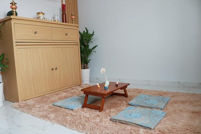 Không gian thờ được bày trí đơn giản với tông màu tươi sáng. Hồ Quang Hiếu chia sẻ anh muốn nơi đây tuy là không gian thờ nhưng anh muốn mọi thứ trông sáng và dễ chịu.