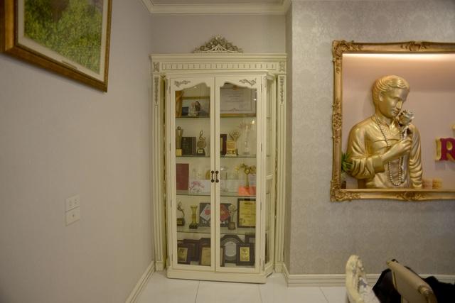 Những chiếc cúp giải thưởng được Hồ Quỳnh Hương trưng bày khá trang trọng