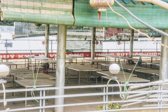 Toàn bộ bàn ghế, thiết bị trên du thuyền phủ lớp bụi dày.