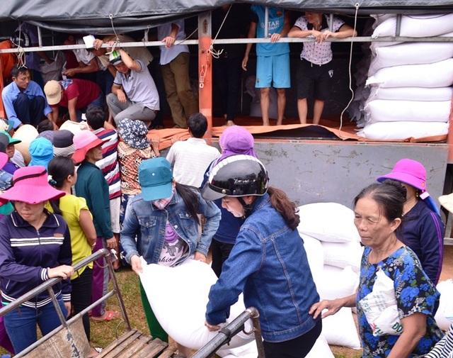 Người dân Quảng Trị trong một lần nhận hỗ trợ gạo