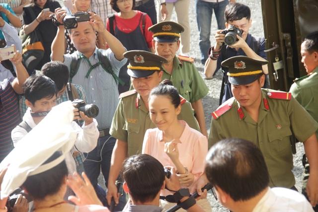 Bị cáo Trương Hồ Phương Nga đang bị dẫn giải vào phòng xử án sáng nay (26/6)