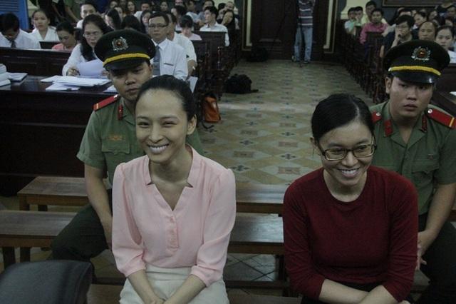 Hai bị cáo Trương Hồ Phương Nga và Nguyễn Đức Thùy Dung không ít lần thể hiện tâm lý khá thoải mái trong suốt mấy ngày diễn ra phiên xử.