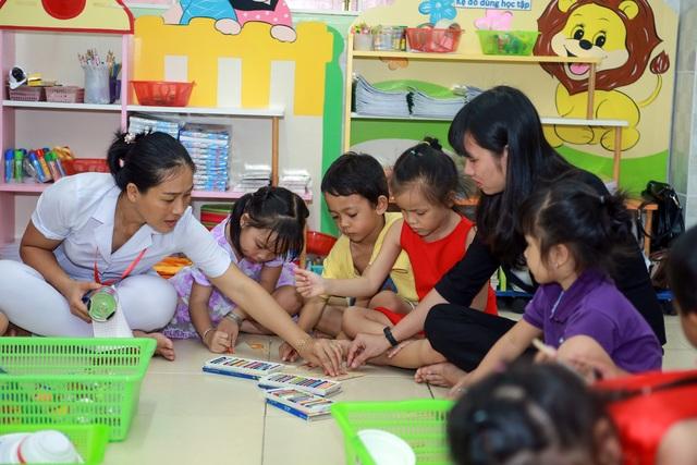 Phụ huynh trường MN Hòa An không chỉ được mời tới lớp tham gia giảng dạy cùng giáo viên mà còn được đọc tài liệu giáo viên đưa cho để về nhà giảng dạy cho con.