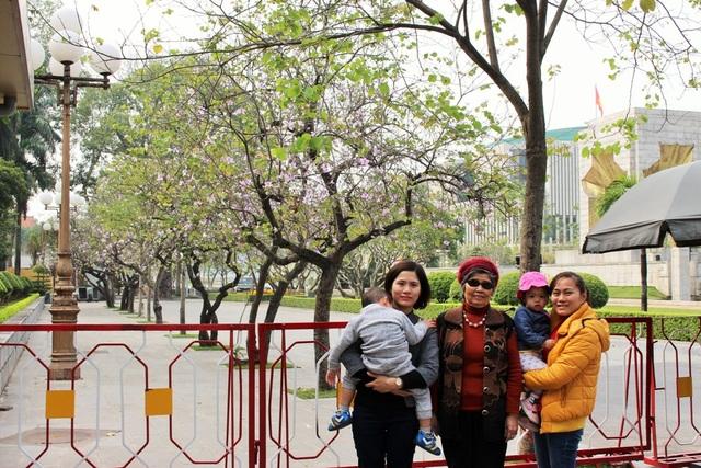 Nhiều gia đình tuy ở xa nhưng cũng tìm đến nơi có sắc tím hoa ban để chụp ảnh kỷ niệm.