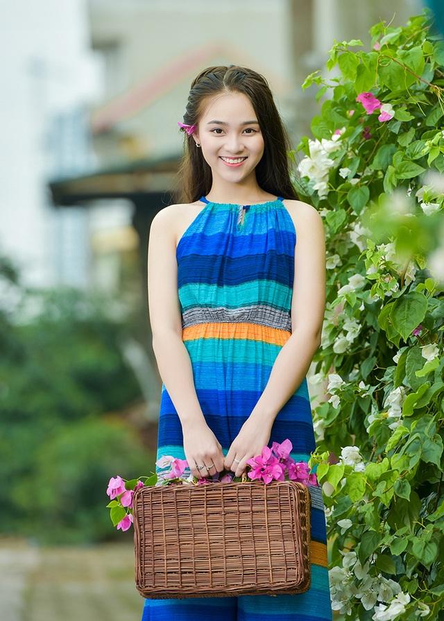 Nguyễn Ngọc Anh - nữ sinh lớp 10 trường THPT Nguyễn Bỉnh Khiêm (Hà Nội) là người mẫu của bộ ảnh thiếu nữ với mùa hoa giấy do nhiếp ảnh Lê Xuân Bách thực hiện.