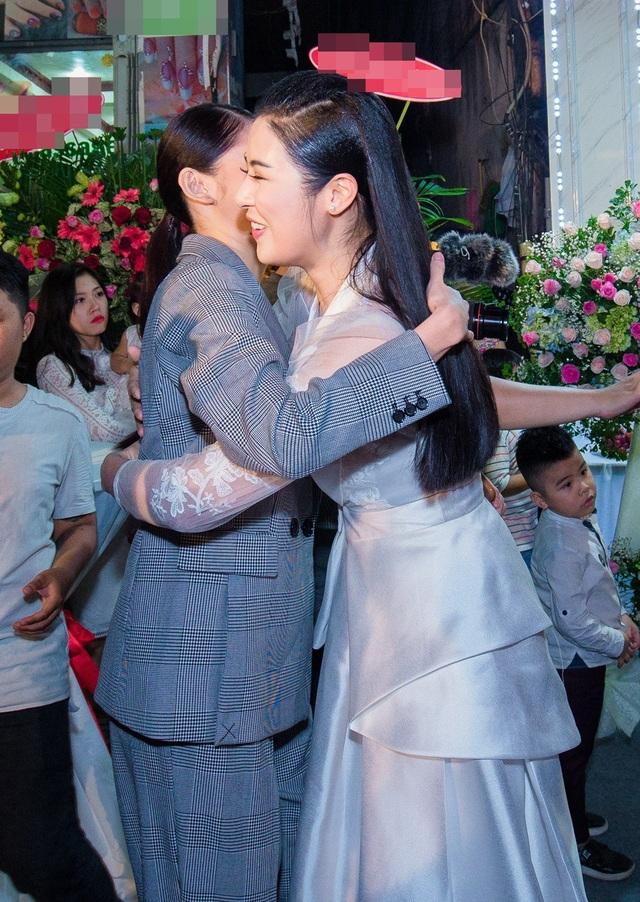 Vốn là những chị em thân thiết cùng trưởng thành từ cuộc thi Hoa hậu Việt Nam, Thùy Dung dành nhiều tình cảm ngưỡng mộ Hoa hậu Ngọc Hân. Bản thân Hoa hậu Việt Nam 2010 cũng yêu mến đàn em bởi sự giản dị, tài năng như đánh đàn, ca hát và làm MC.