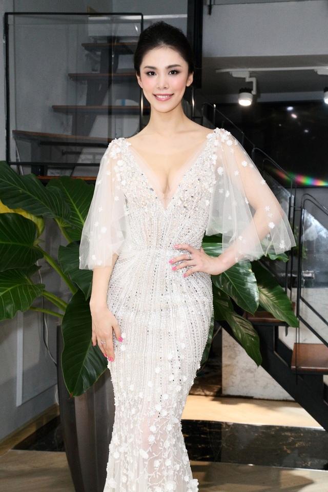 Mỹ nhân đến từ Nhật Bản bất ngờ trước vẻ đẹp của chiếc váy lộng lẫy và cuốn hút từ NTK đất Việt.