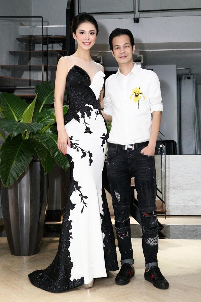 Và Riyo Mori bất ngờ hơn khi biết được thông tin Hoa hậu Hoàn vũ 2016 người Pháp đã mặc chiếc váy do NTK Hoàng Hải thiết kế riêng để đăng quang. Đây cũng là một dấu ấn khó quên dành cho Hoàng Hải - một nhà thiết kế Việt mang những thiết kế của mình và bất ngờ ghi điểm trên đấu trường nhan sắc hàng đầu thế giới.