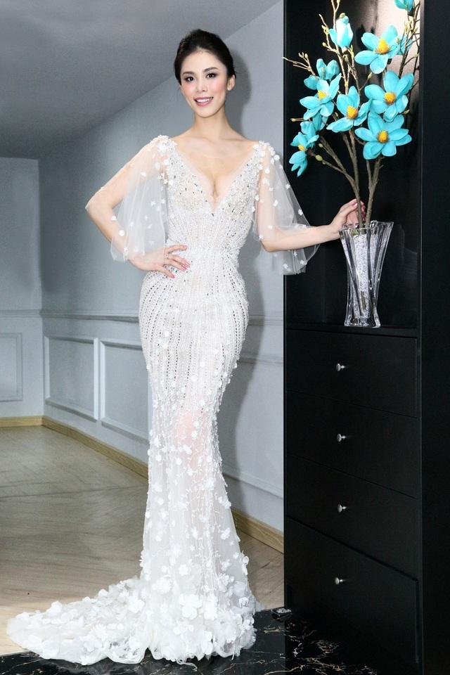 Vừa qua, Hoa hậu Hoàn vũ 2007 Riyo Mori đã dành thời gian đến tham quan và chọn thử trang phục của NTK Hoàng Hải cho một sự kiện tại TPHCM.