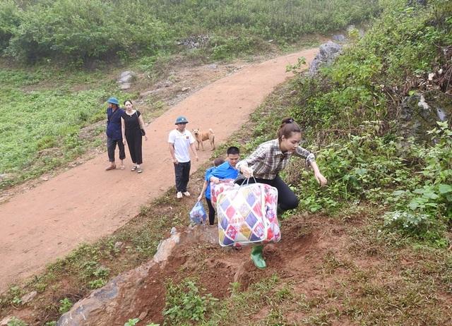 Hoa hậu Biển vượt đường núi nguy hiểm hỗ trợ người dân sau cơn lũ - 3