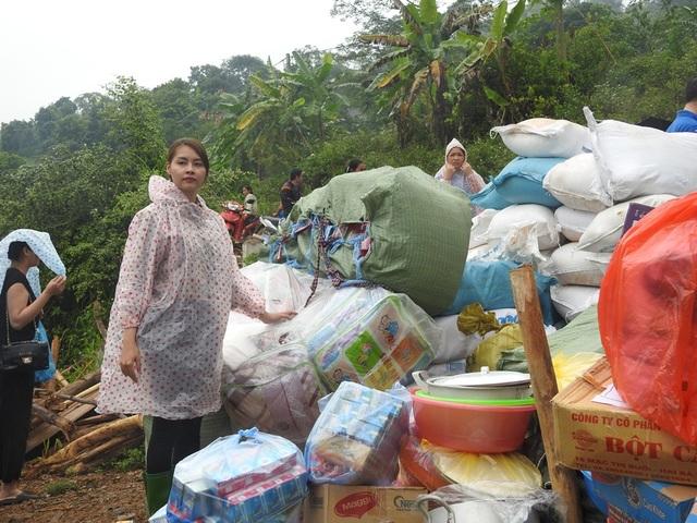 Trước đó, chiều ngày 18/10, Hoa hậu Biển Phạm Thùy Trang và gia đình cũng đã vào xóm Khanh, xã Phú Cường, Tân Lạc, Hòa Bình tặng quà cho các gia đình bị thiệt hại về người và tài sản trong trận lở Thác Khanh tại xóm Khanh, xã Phú Cường.