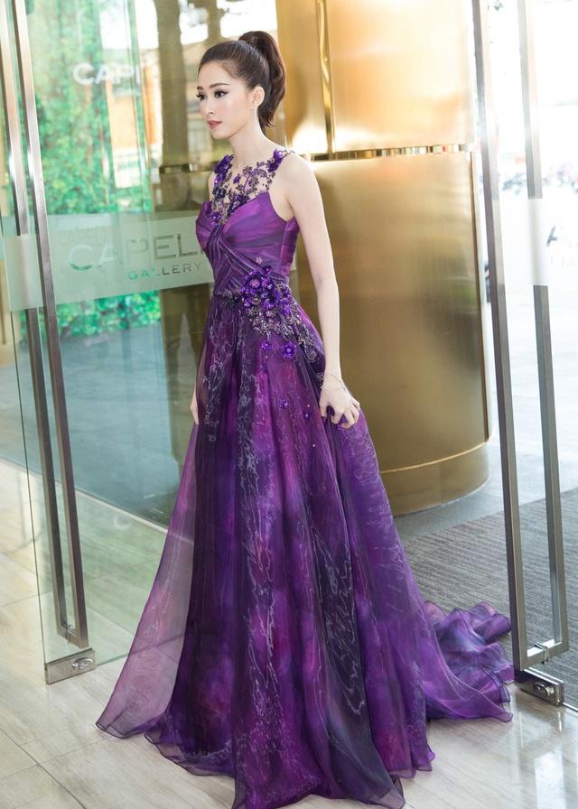 Ngay từ khi xuất hiện, hoa hậu Đặng Thu Thảo đã thu hút mọi ánh nhìn bởi trang phục tím khá nổi bật