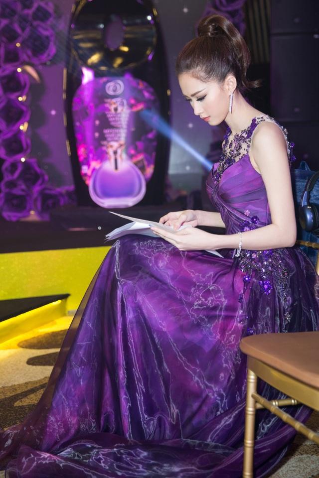 """Hoa hậu Đặng Thu Thảo """"tái xuất"""" quyến rũ với sắc tím - 7"""