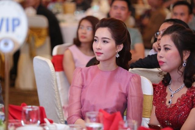 Sự kiện lần này Thu Thảo tham dự là ngày tri ân khách hàng của nhãn hàng sơn Tuylips cô làm đại sứ và gắn bó suốt 2 năm vừa qua. Hoa hậu Đặng Thu Thảo đến từ rất sớm.
