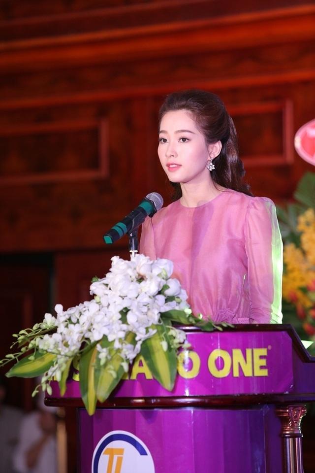 Hoa hậu cho biết thêm, cô mong muốn ngày càng có nhiều ngươi Việt biết đến các nhãn hàng của Công ty Cổ phần Sản xuất TLG Việt Nam, hưởng ứng người Việt dùng hàng Việt.