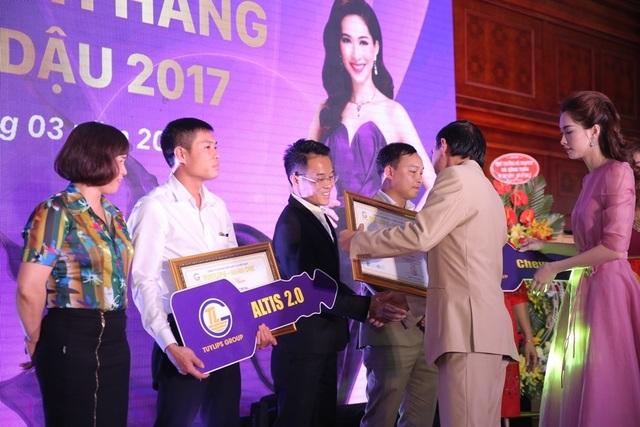 Hoa hậu Đặng Thu Thảo cùng đại diện Công ty Cổ phần Sản xuất TLG trao quà cho các đại lý và khách hàng của công ty.