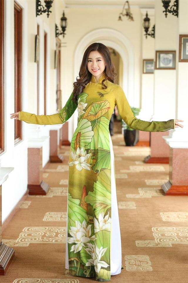 Hoa hậu Đỗ Mỹ Linh duyên dáng trong tà áo dài truyền thống.
