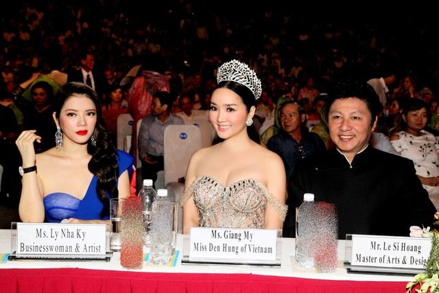 NTK Sỹ Hoàng (ngoài cùng bên phải) cho rằng, Huyền My chưa thể hiện được trọn vẹn vị thế của đại diện chủ nhà.