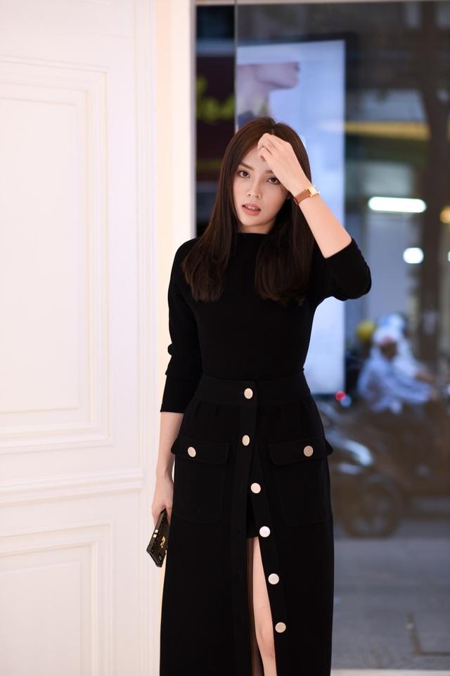 Diện chiếc đầm đen dài cổ điển, nhấn nhá bằng những chiếc nút trắng cá tính, người đẹp gốc Nam Định lập tức thu hút mọi ánh nhìn khi bước xuống xe hơi.