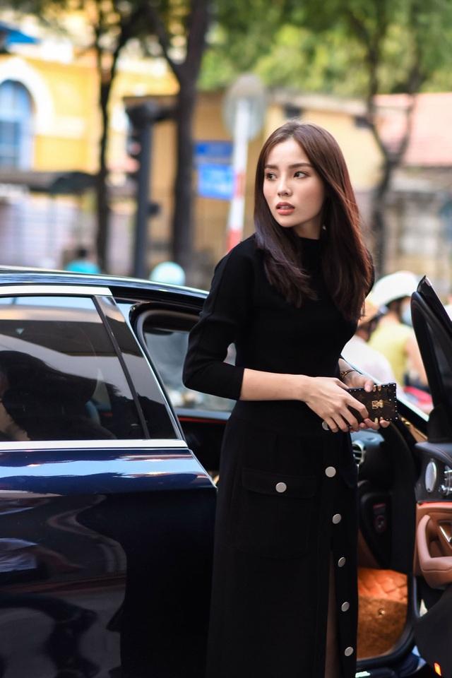 Được biết, sắp tới hoa hậu Việt Nam 2014 sẽ xuất hiện trên thảm đỏ show thời trang của nhà thiết kế là người bạn thân thiết. Để chuẩn bị cho chương trình, Kỳ Duyên tự mình lái xe đi thử trang phục mà hoàn toàn không có người theo hỗ trợ.