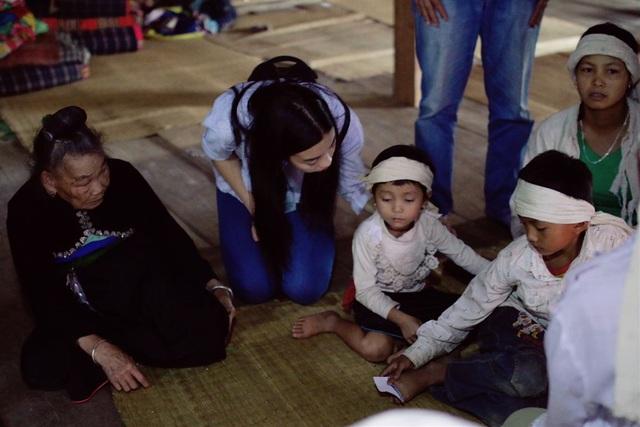 Hoa hậu Đỗ Mỹ Linh chia sẻ tình cảm tới gia đình có người thân bị lũ cuốn trôi - 4