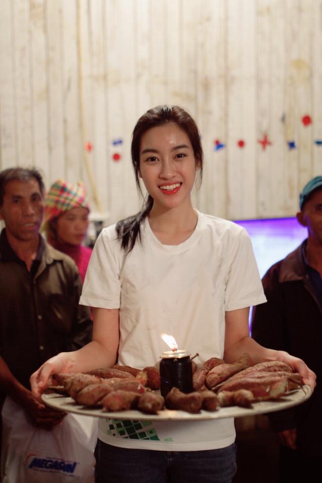 Chiếc bánh sinh nhật đặc biệt của Hoa hậu Đỗ Mỹ Linh ở vùng tâm bão do ê-kíp bí mật chuẩn bị.