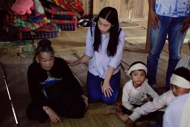 Hoa hậu Đỗ Mỹ Linh chia sẻ tình cảm tới gia đình có người thân bị lũ cuốn trôi - 2