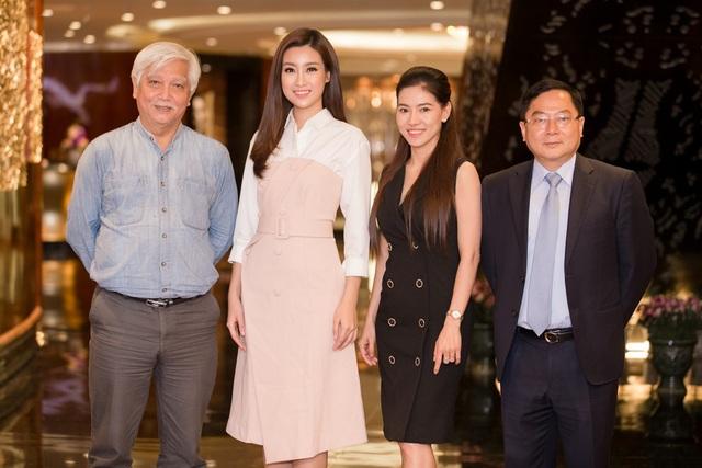 Hoa hậu Đỗ Mỹ Linh cùng đại diện BGK và BTC.
