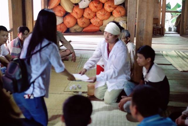 Đỗ Mỹ Linh đến thăm hỏi và tặng quà cho các gia đình có người bị lũ cuốn trôi.
