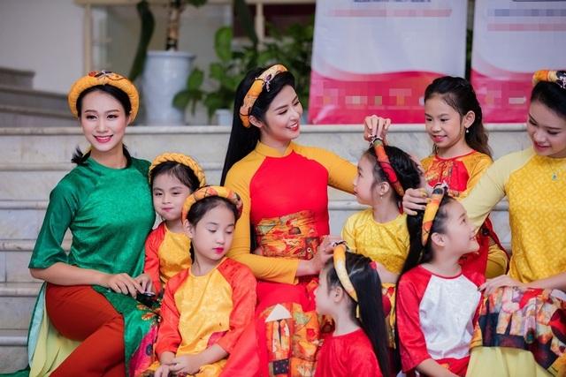 Bộ sưu tập Bức hoạ đồng quê từng được Hoa hậu Ngọc Hân trình làng trong Festival làng nghề Huế hồi tháng 5 vừa qua.