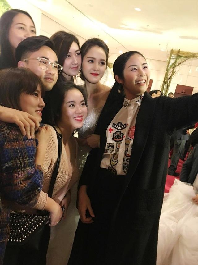 Hoa hậu Ngọc Hân, Á hậu Tú Anh, NTK Hà Duy... đến chúc mừng Á hậu Hoàng Anh. Những người bạn thân thiết cùng nhau selfie.