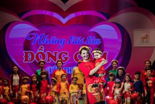 Khi đưa con gái Cherry lên sân khấu diễn áo dài cho Hoa hậu Ngọc Hân, người mẫu Hồng Quế đã rất thích thú.