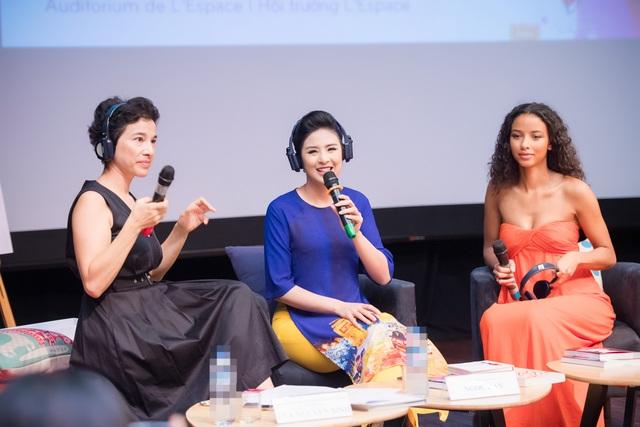 Tại sự kiện, Hoa hậu Ngọc Hân đã cùng bà Eva Nguyễn Bình bàn luận xoay quanh chủ đề thời trang có vai trò thế nào trong việc kết nối văn hóa giữa các nước.