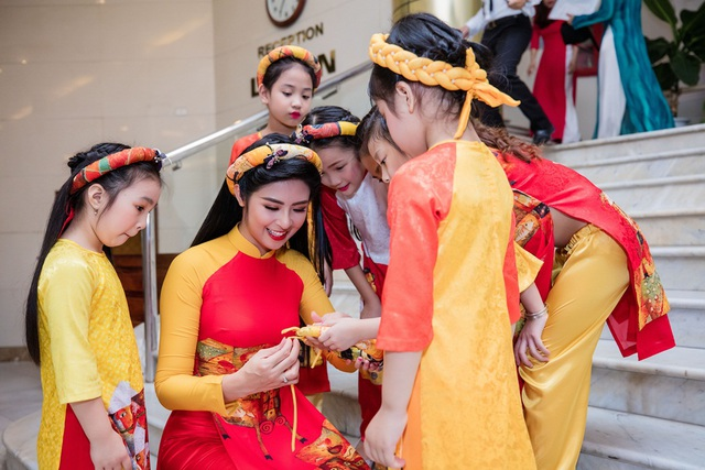 Hoa hậu Ngọc Hân chăm chút cho các mẫu nhí, cô được các em bé yêu mến bởi sự hồn nhiên, vô tư.
